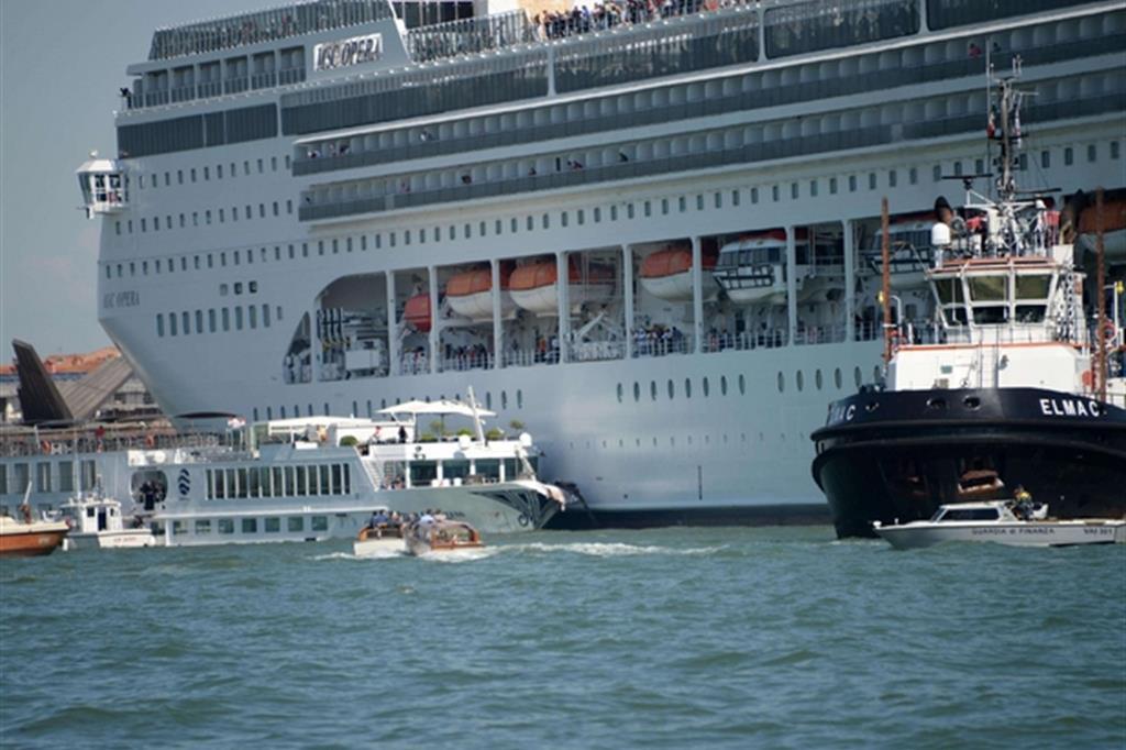 Incidente. Venezia, polemiche dopo lo scontro tra una nave da crociera e un battello