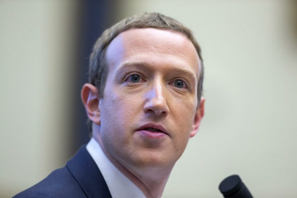 Facebook avvertirà chi sta per condividere notizie vecchie. Ma continua a perdere clienti per deficit di fiducia