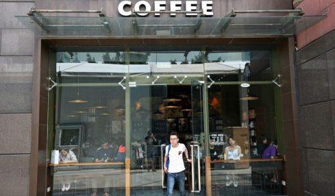 Anche Starbucks boicotta Facebook e ferma la pubblicità sui social: «Siamo contro l'odio, dobbiamo unirci per il cambiamento»