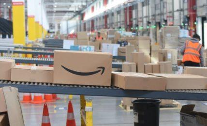 """Francia, petizione on line contro Amazon: """"A Natale comprate nei negozi locali"""". Per ogni posto di lavoro che crea se ne perdono 2,6"""