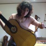 La donna che fa cantare il legno