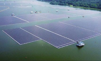 Singapore inaugura uno dei più grandi impianti fotovoltaici galleggianti del mondo